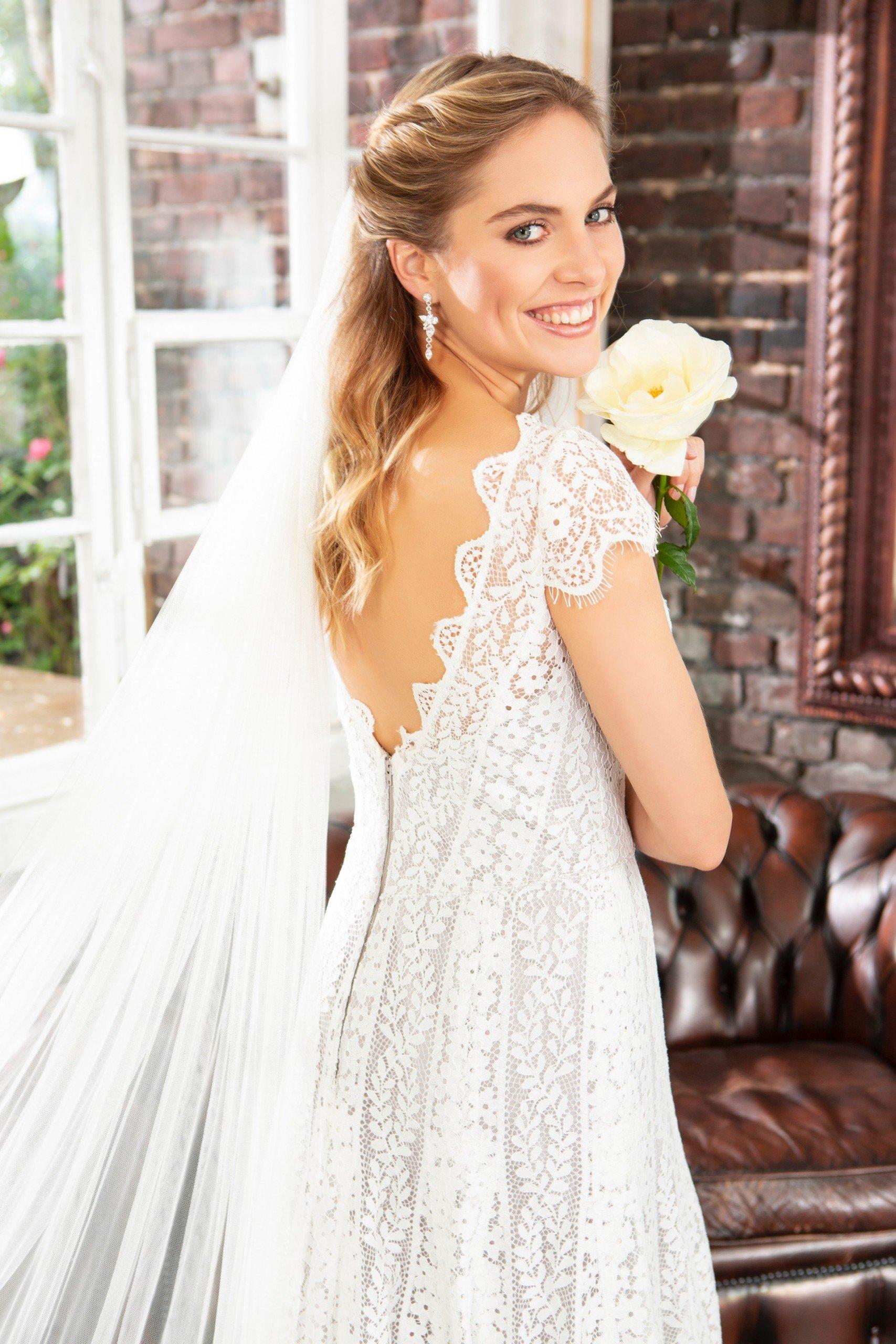 Brautkleid von Weise Fashion, Modell 337312 und Schleier 846412