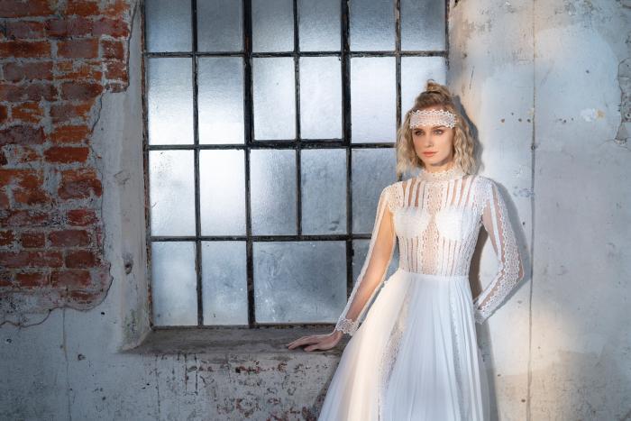 Brautkleid in A-Linie mit fließendem Rock, transparentem Spitzentop mit Stehkragen und langen Ärmeln von Emine Yildirim, Modell 9032
