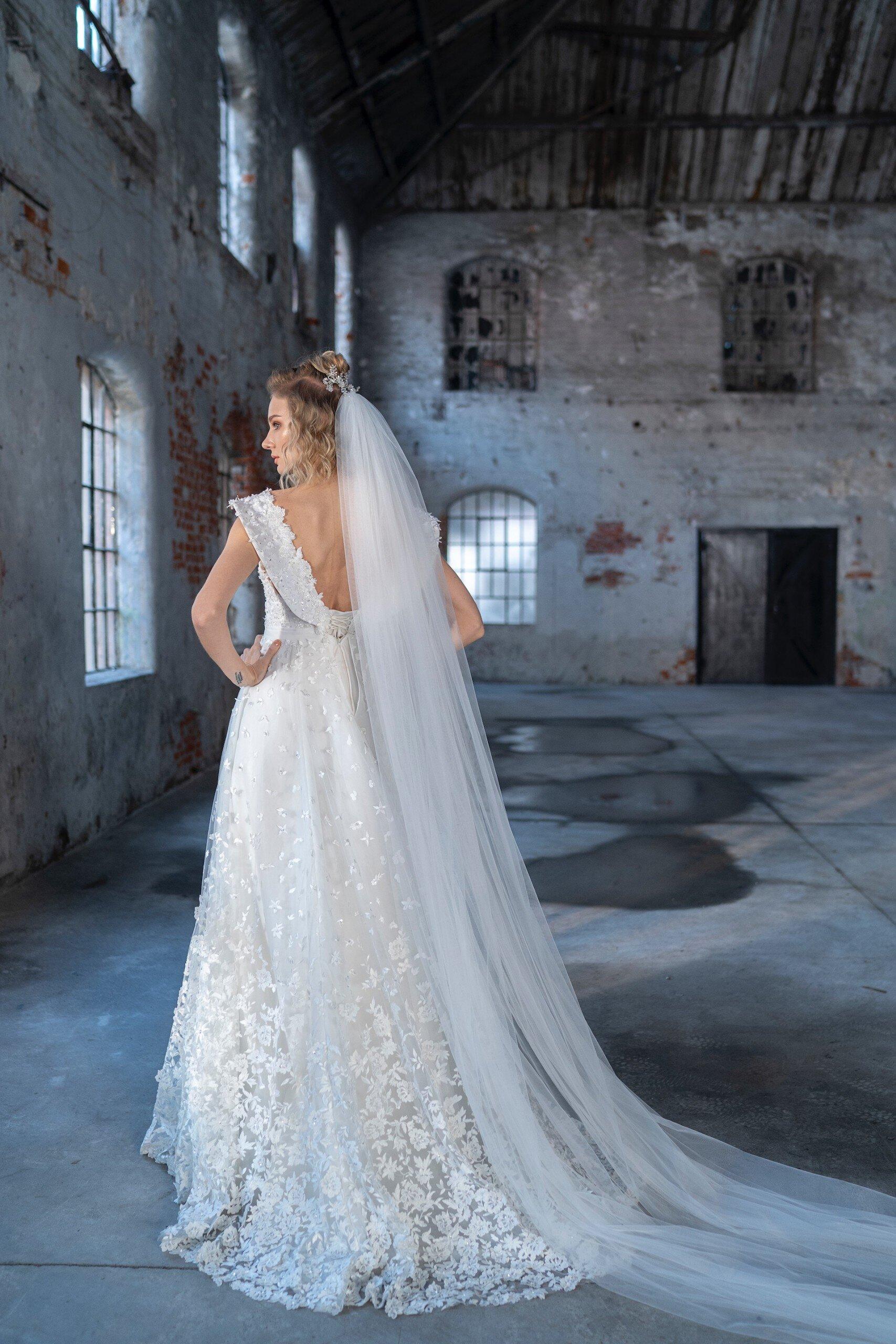 Brautkleid in A-Linie mit herzförmigem Ausschnitt, blumigen Details und Pailletten von Emine Yildirim, Modell 9022