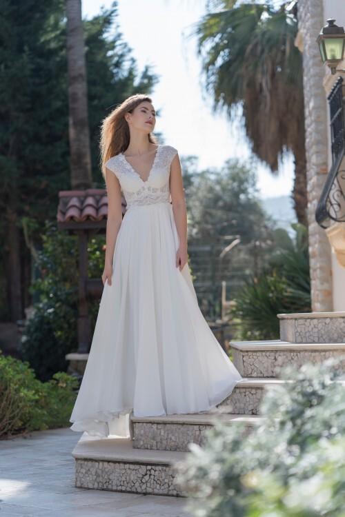 Brautkleid in A-Linie mit transparentem Spitzentop, V-Ausschnitt und Cap-Ärmeln von Emine Yildirim, Modell 7063