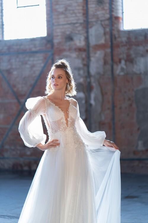 Brautkleid in A-Linie mit transparentem Top, Plunge-Ausschnit und Pumpärmeln von Emine Yildirim, Modell 9043