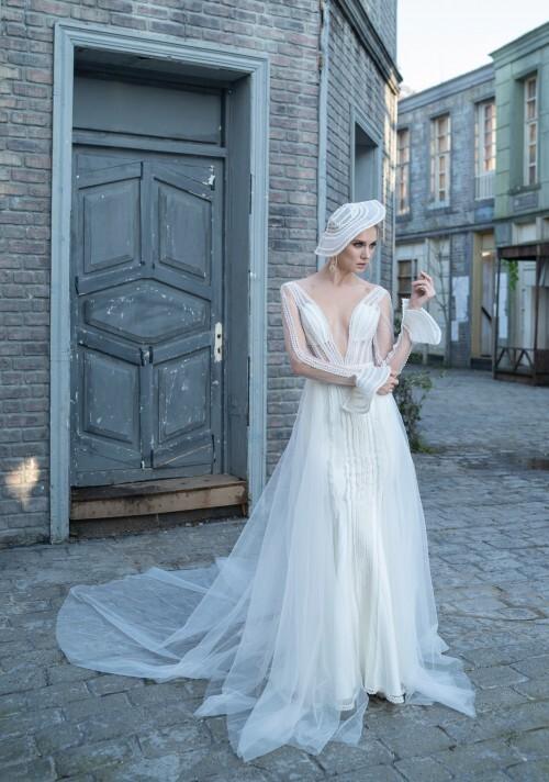 Fit-and-Flare-Brautkleid im Layering-Look mit transparentem Top, Plunge-Ausschnitt und Schleppe von Emine Yildirim, Modell 9029