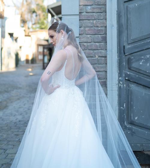 Royaler Wedding Look mit Spitze, Perlenstickereien und langer Schleppe von Emine Yildirim, Modell 9015