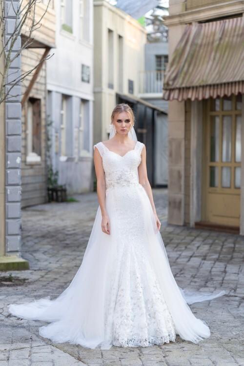 Fit-and-Flare-Brautkleid mit Schleppe, Spitze, Perlen-, Pailletten- und Strassstickereien von Emine Yildirim, Modell 9003