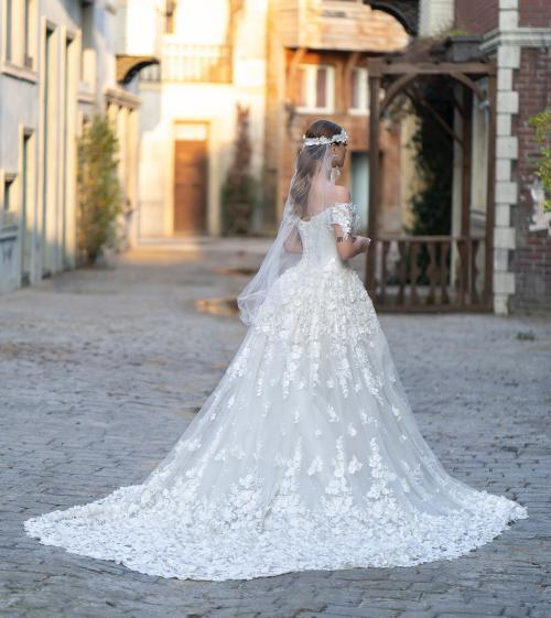 Extravagantes Brautkleid im Fit-and-Flare-Schnitt mit üppiger Schleppe, Carmen-Ausschnitt und Blüten-Applikationen von Emine Yildirim, Modell 9005