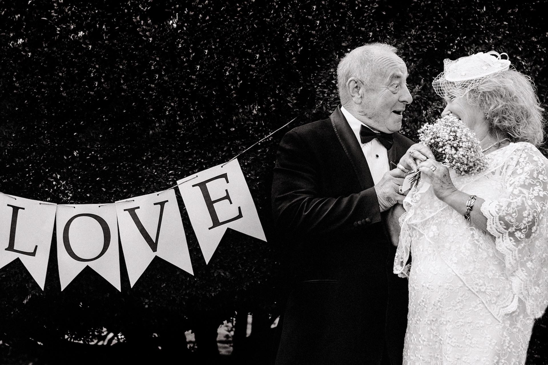 Ehepaar feiert Hochzeitsjubiläum