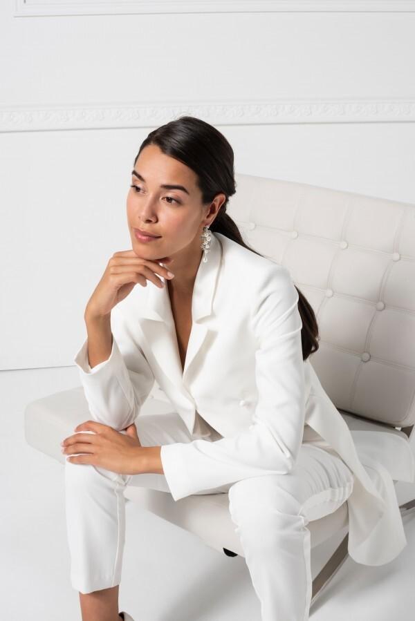 Braut-Outfit, bestehend aus weißer Hose und Frack, von Weise Essentials, Modelle 386008 und 83075