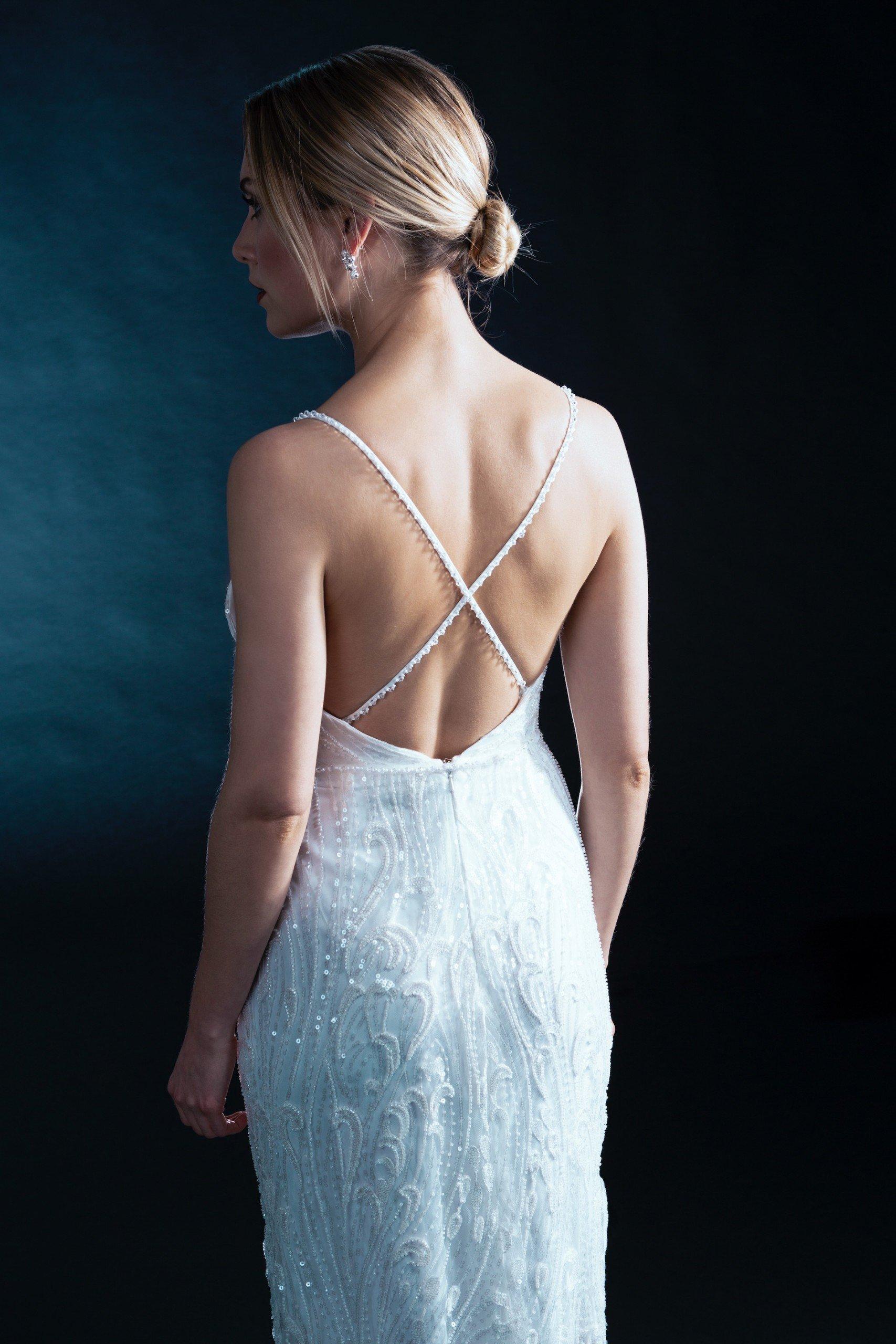 Fit-and-Flare-Brautkleid mit Plunge-Ausschnitt, Spaghettiträgern und funkelnden Stickereien von Weise Be Galm, Modell 338030
