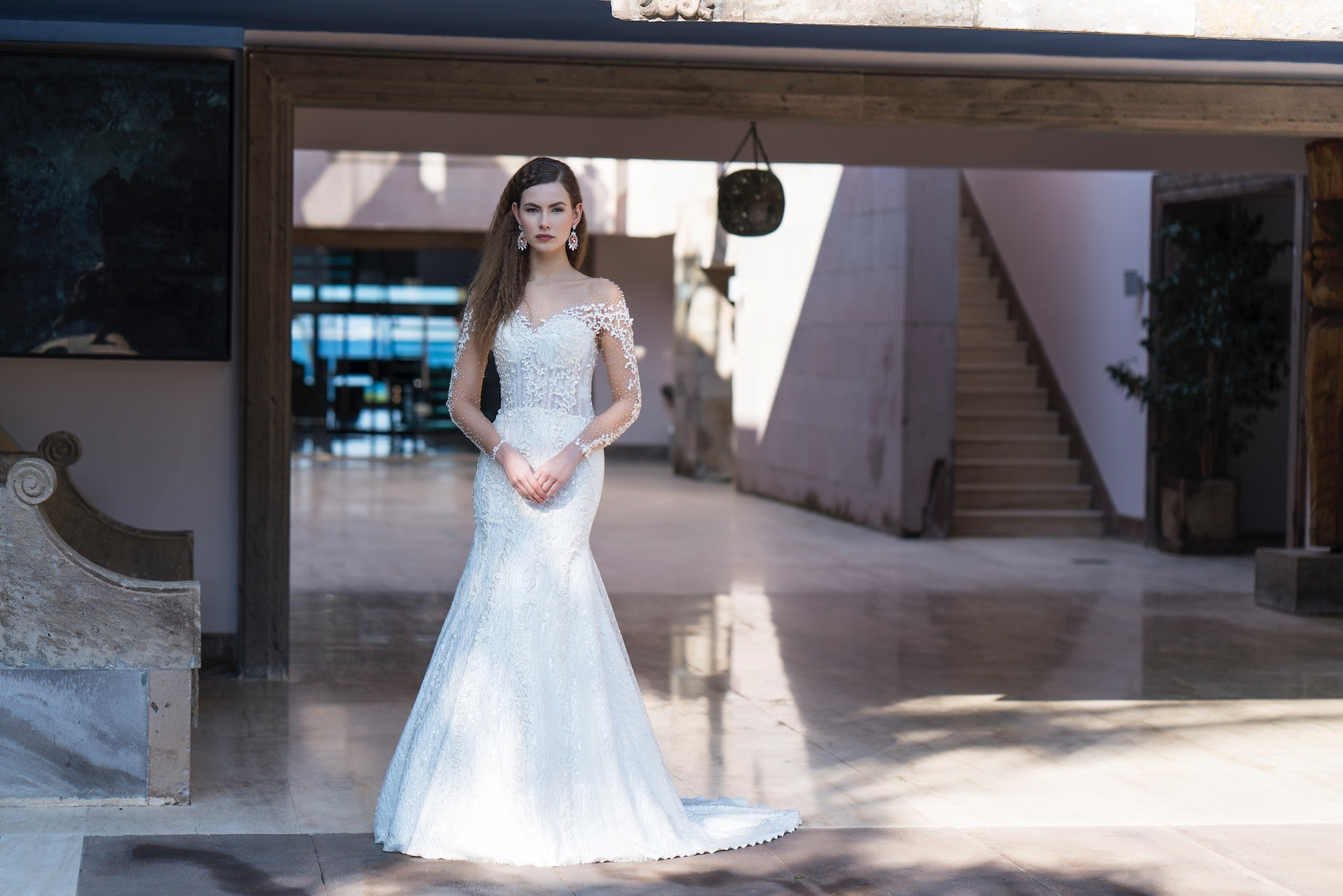 Fit-and-Flare-Brautkleid mit abnehmbarer Schleppe, Illusion-Ausschnitt, Tattoo-Effekt und transparenten Ärmeln von Emine Yildirim, Modell 8053
