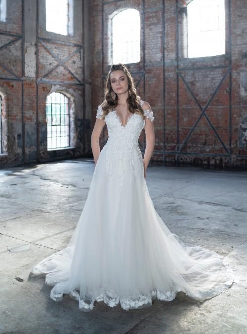 Brautkleid im Prinzessschnitt mit Blütenapplikationen, Blütenträgern und Plunge-Ausschnit von Emine Yildirim, Modell 9025