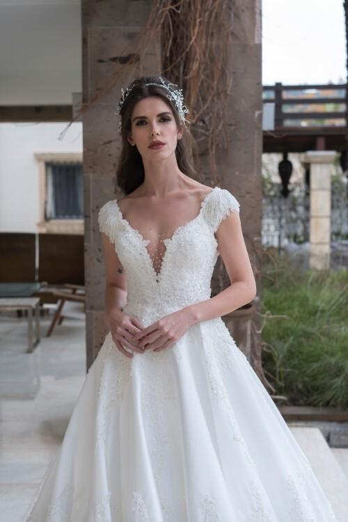 Hochzeitskleid im Prinzessschnitt mit Plunge-Ausschnitt, Cap-Ärmeln und Schleppe von Emine Yildirim, Modell 8057