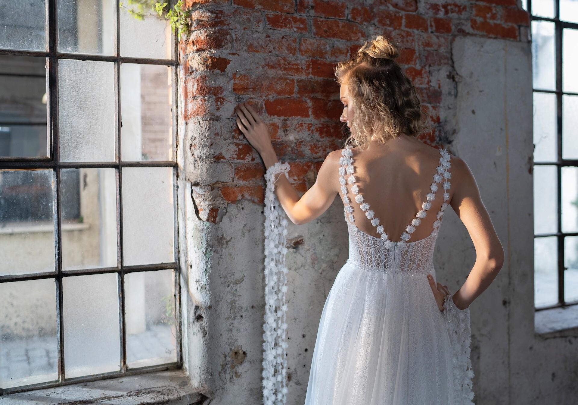 Brautkleid im Prinzessschnitt mit Spitzenrock, drapiertem Top und Strassdetails von Emine Yildirim, Modell 9030
