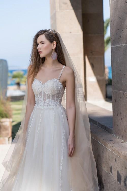 Brautkleid im Prinzessschnitt mit Tüllrock und transparentem Spitzentop mit Sweetheart-Ausschnitt und Perlenstieckereien von Emine Yildirim, Modell 8003