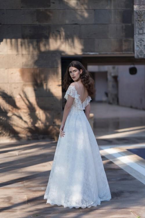 Spitzenbrautkleid im Prinzessschnitt mit transparentem Top, Illusion-Carmen-Ausschnitt und Volants von Emine Yildirim, Modell 8027