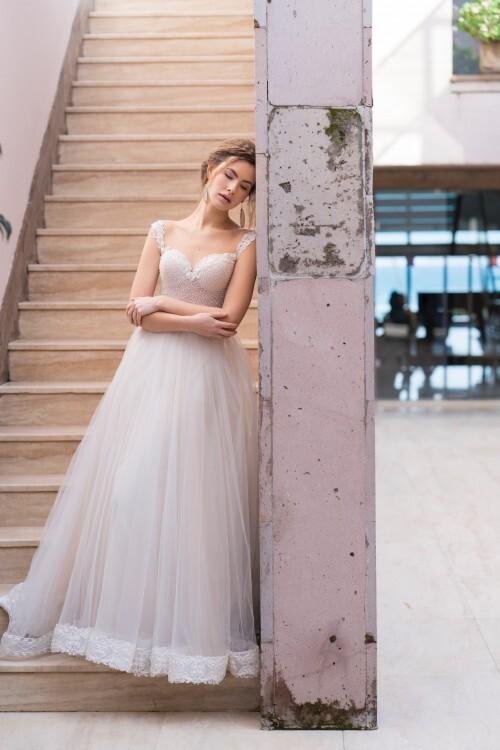 Prinzess-Brautkleid mit Spitzensaum und perlenbesticktem, transparentem Top mit herzförmigem Ausschnitt von Emine Yildirim, Modell 8012