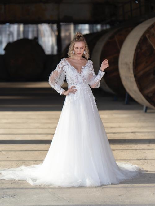 Brautkleid im Prinzessschnitt mit Tüllrock, transparentem Spitzentop mit langem Arm und Blütenapplikationen von Emine Yildirim, Modell 9026