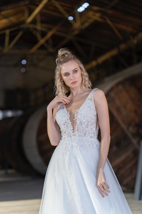 Braut-Outfit im Prinzessstil mit Tüllrock und besticktem, transparentem Spitzentop mit tiefem V-Ausschnitt von Emine Yildirim, Modell 9050