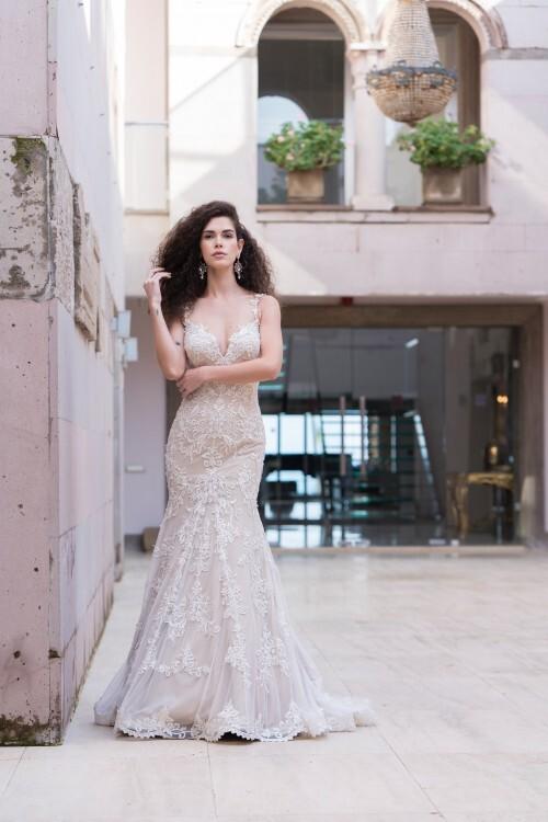Fit-and-Flare-Hochzeitskleid im Vintage-Look in zartem Rosé mit 3D-Spitze und Plunge-Ausschnitt von Emine Yildirim, Modell 8005