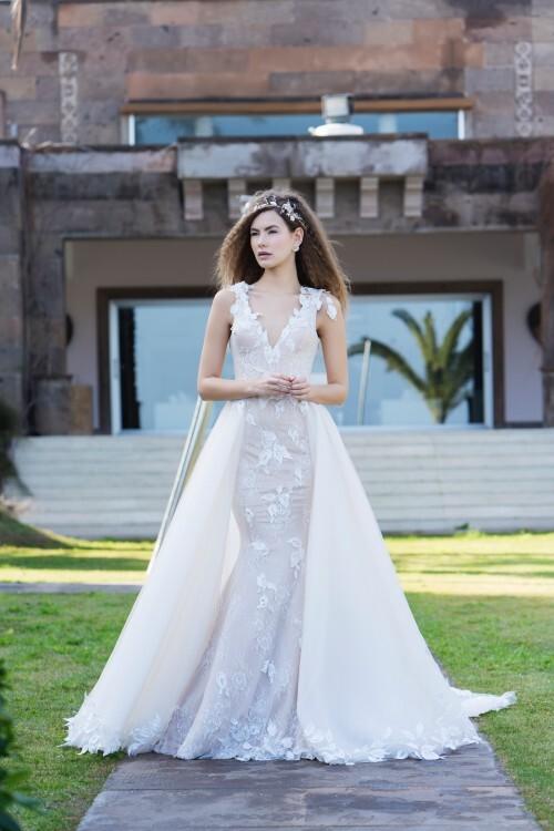 Fit-and-Flare-Hochzeitskleid in Rosa mit 3D-Spitze, Schleppe und tiefem V-Ausschnitt von Emine Yildirim, Modell 8035