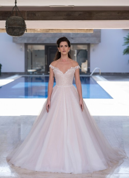 Roséfarbenes Brautkleid im Prinzessschnitt mit Pailletten- und Perlenstickereien sowie Illusion-Carmen-Ausschnitt von Emine Yildirim, Modell 8028