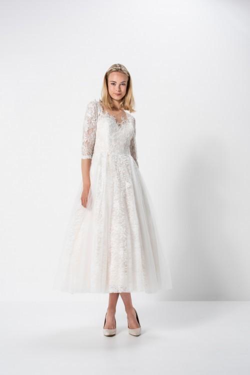 Wadenlanges Prinzessbrautkleid aus Spitze mit Illusion-Ausschnitt und Ärmeln in Dreiviertellänge von Weise Be Glam, Modell 337970