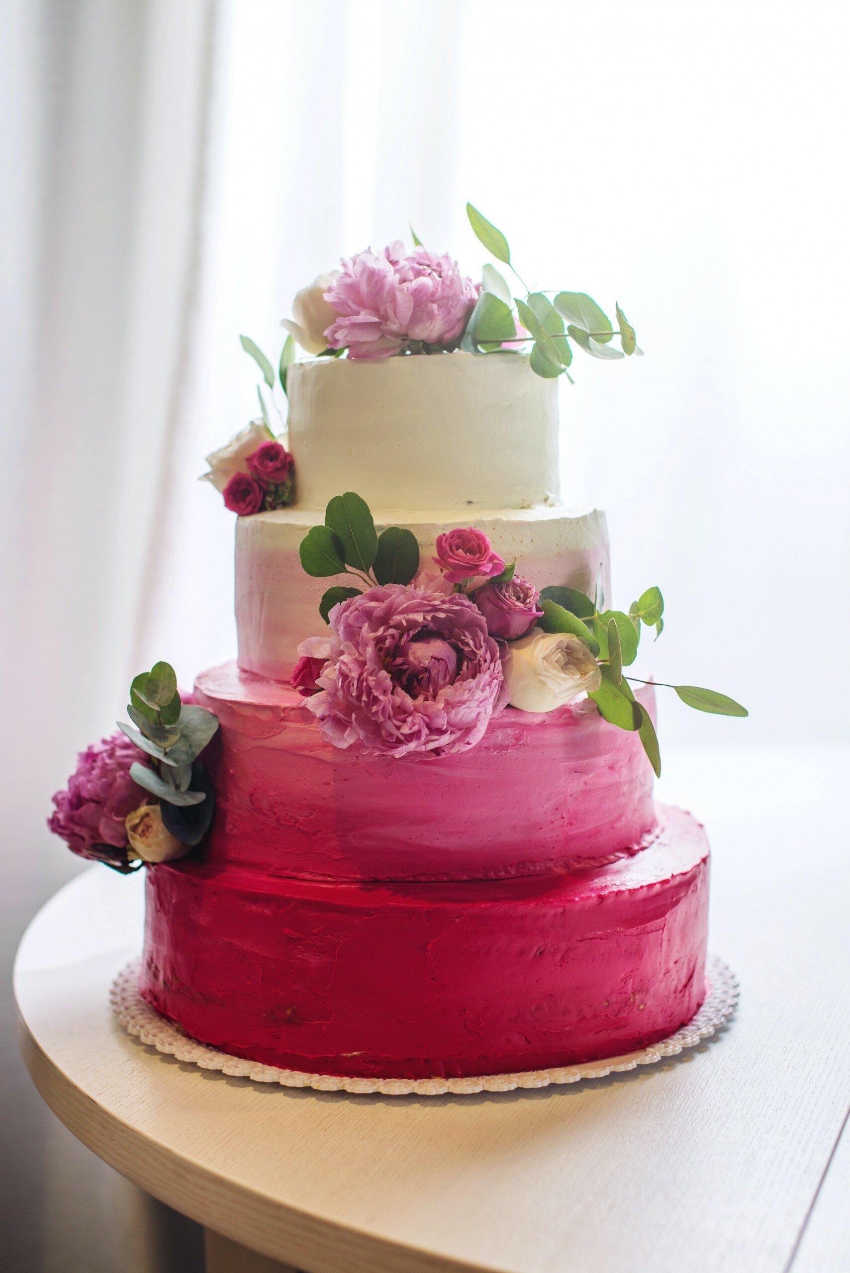 Hochzeitstorte mit echten Blumen in Rosa und Weiß