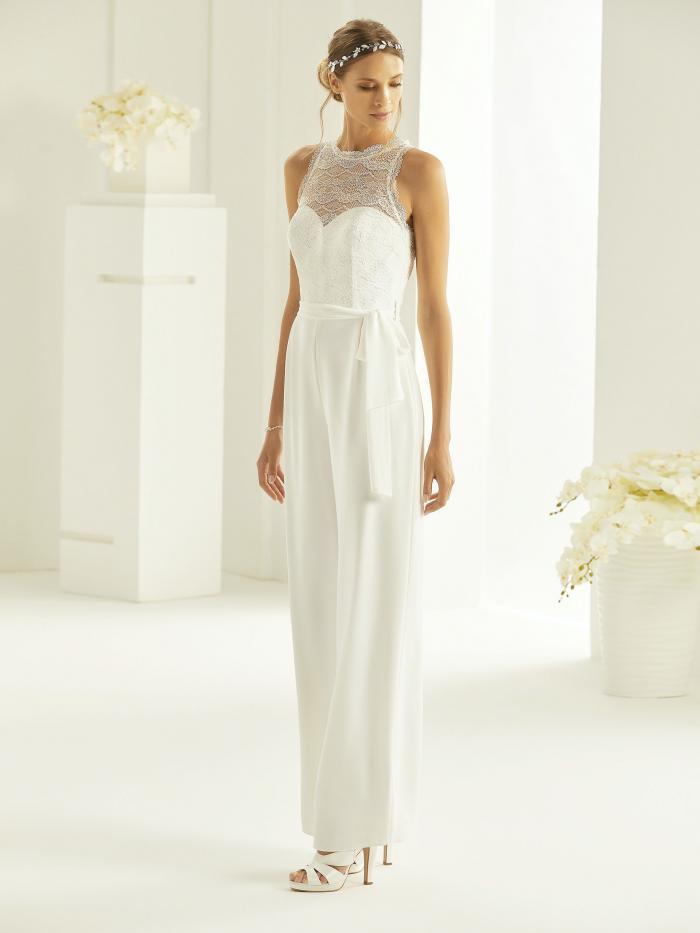 Braut-Jumpsuit mit Palazzohose, Spitzentop, Illusion-Ausschnitt und Gürtel von Bianco Evento, Modell Samanta