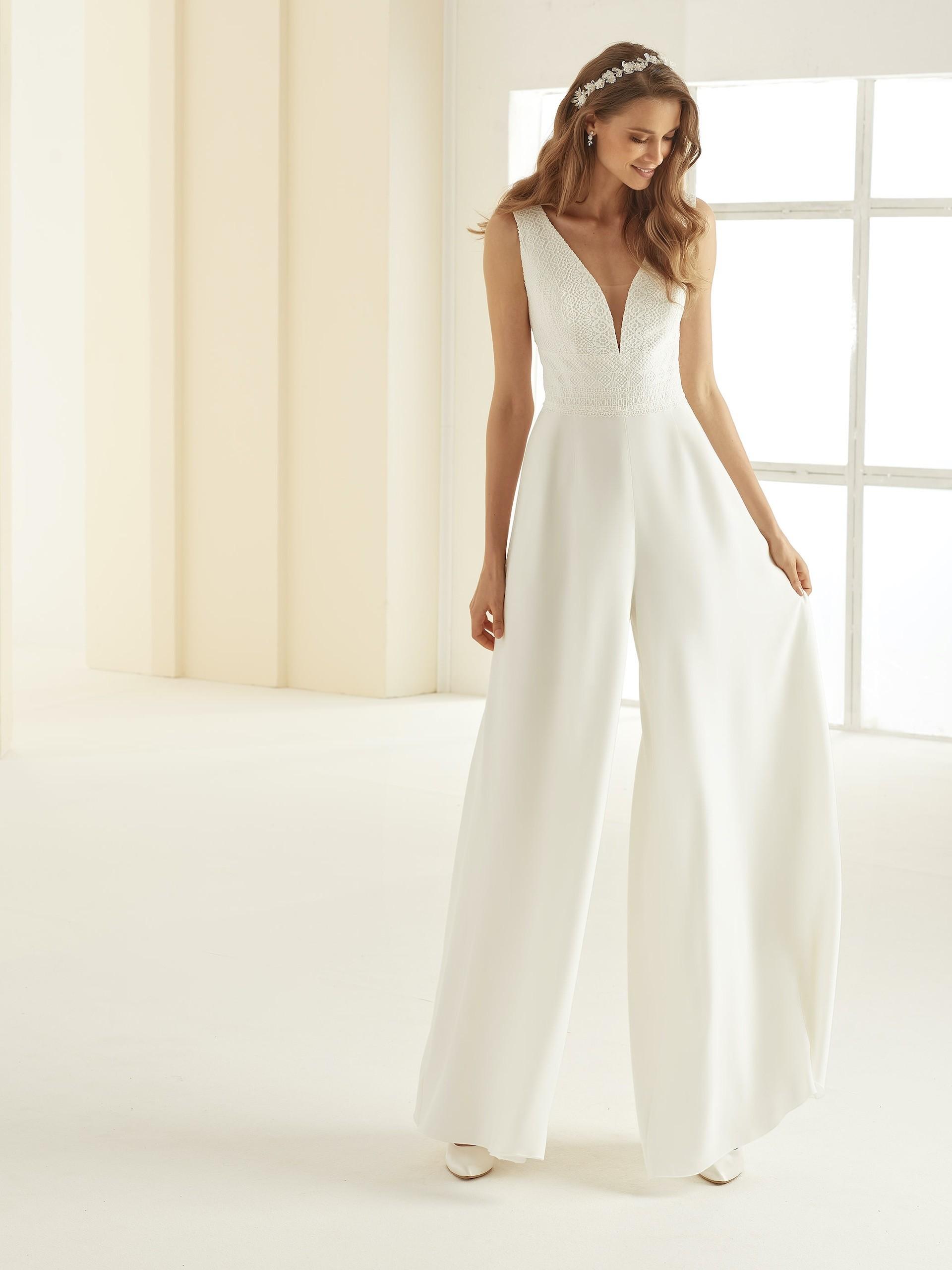 Ärmelloser Hochzeits-Jumpsuit mit Spitzentop und Plunge-Ausschnitt von Bianco Evento, Modell Celeste