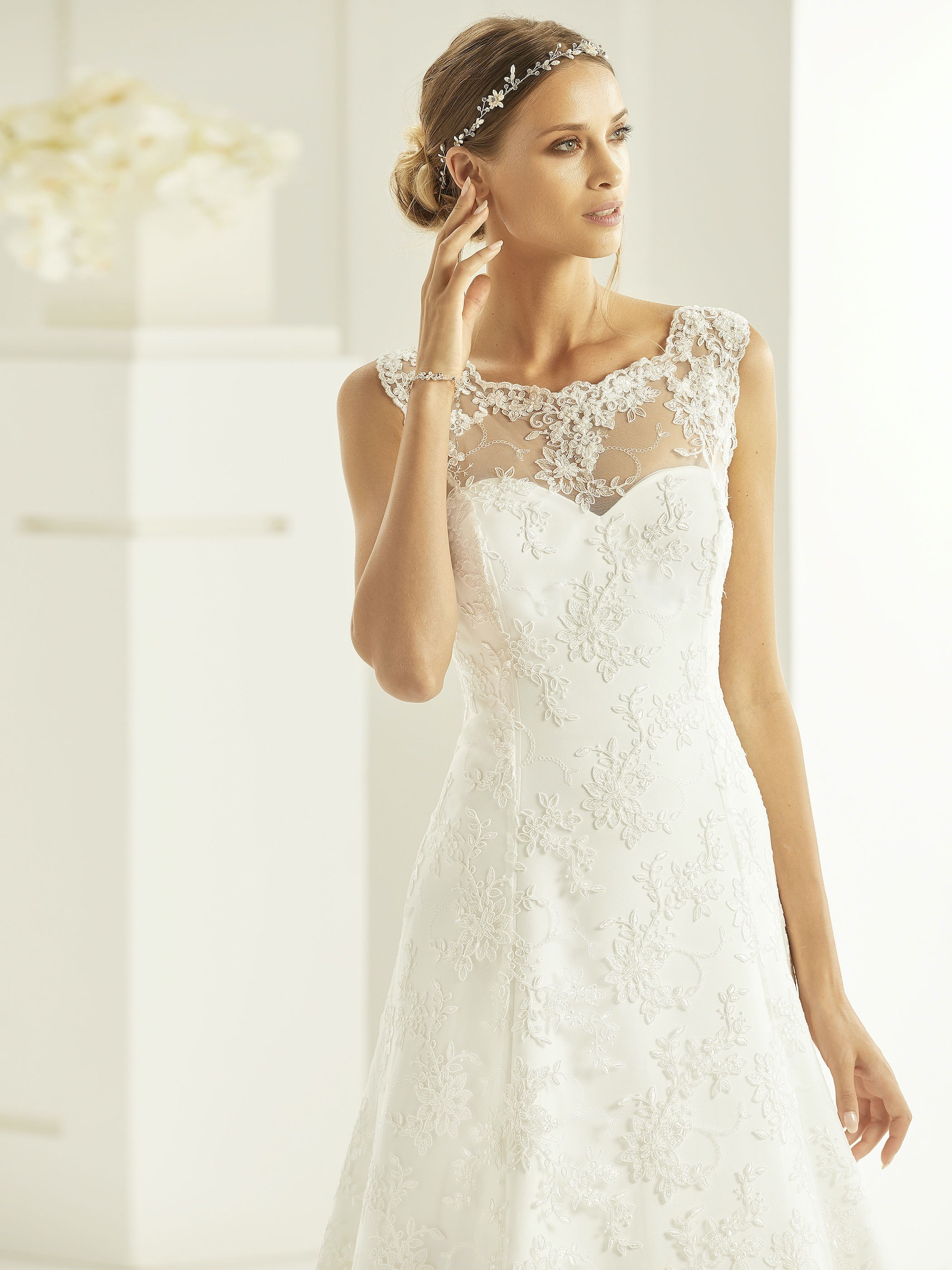 Hochzeitskleid in A-Linie mit Spitze, Illusion-Ausschnitt und Schleppe von Bianco Evento, Modell Sabrina