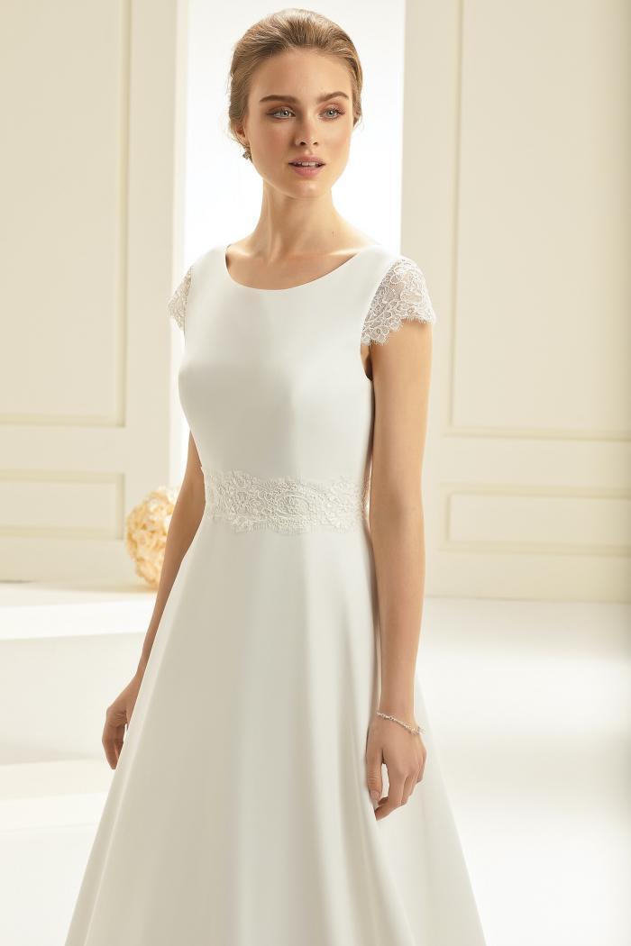 Hochzeitskleid in A-Linie mit Spitzendetails, Rundhalsausschnitt und Cap-Ärmeln von Bianco Evento, Modell Letizia