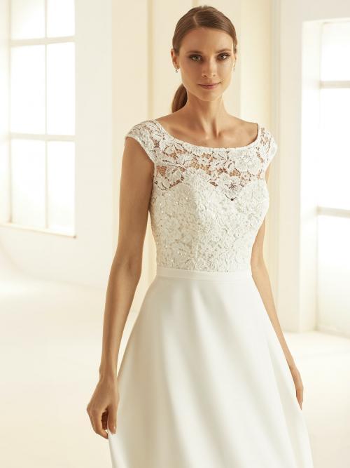 Hochzeitskleid in A-Linie mit Spitzentop, Rundhals-Ausschnitt und Schleppe von Bianco Evento, Modell Octavia