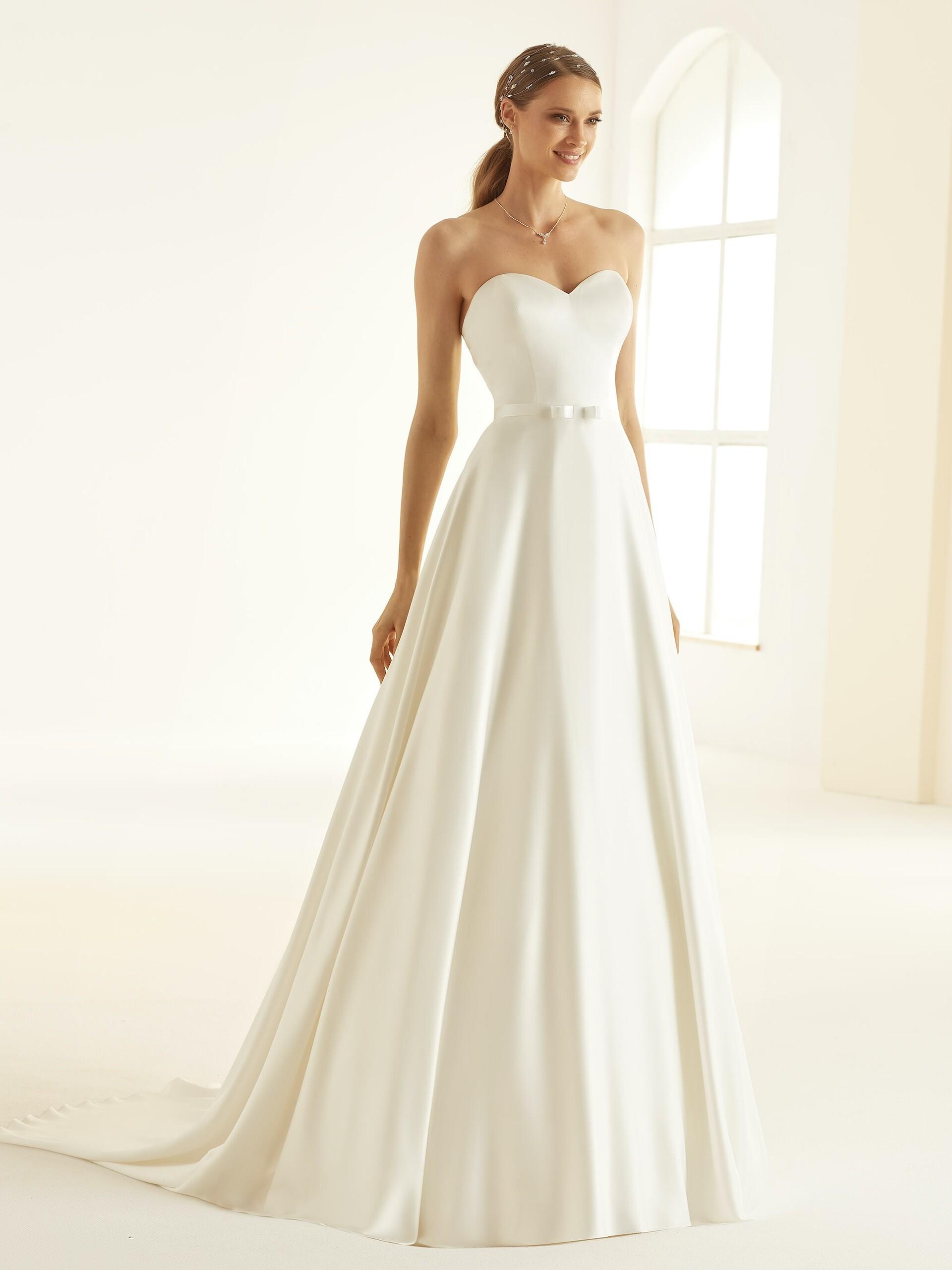 Trägerloses Hochzeitskleid in A-Linie mit Schleppe, Gürtel und Sweetheart-Ausschnitt von Bianco Evento, Modell Melissa