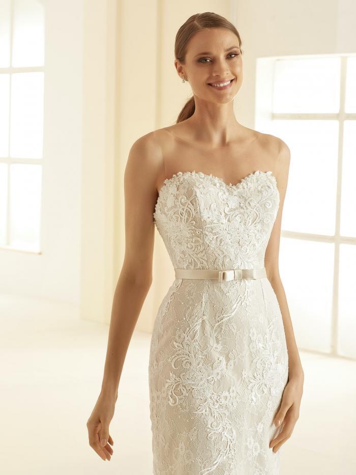 Knielanges Brautkleid im Etui-Schnitt aus Spitze mit Illusion-Ausschnitt und Gürtel von Bianco Evento, Modell Naomi