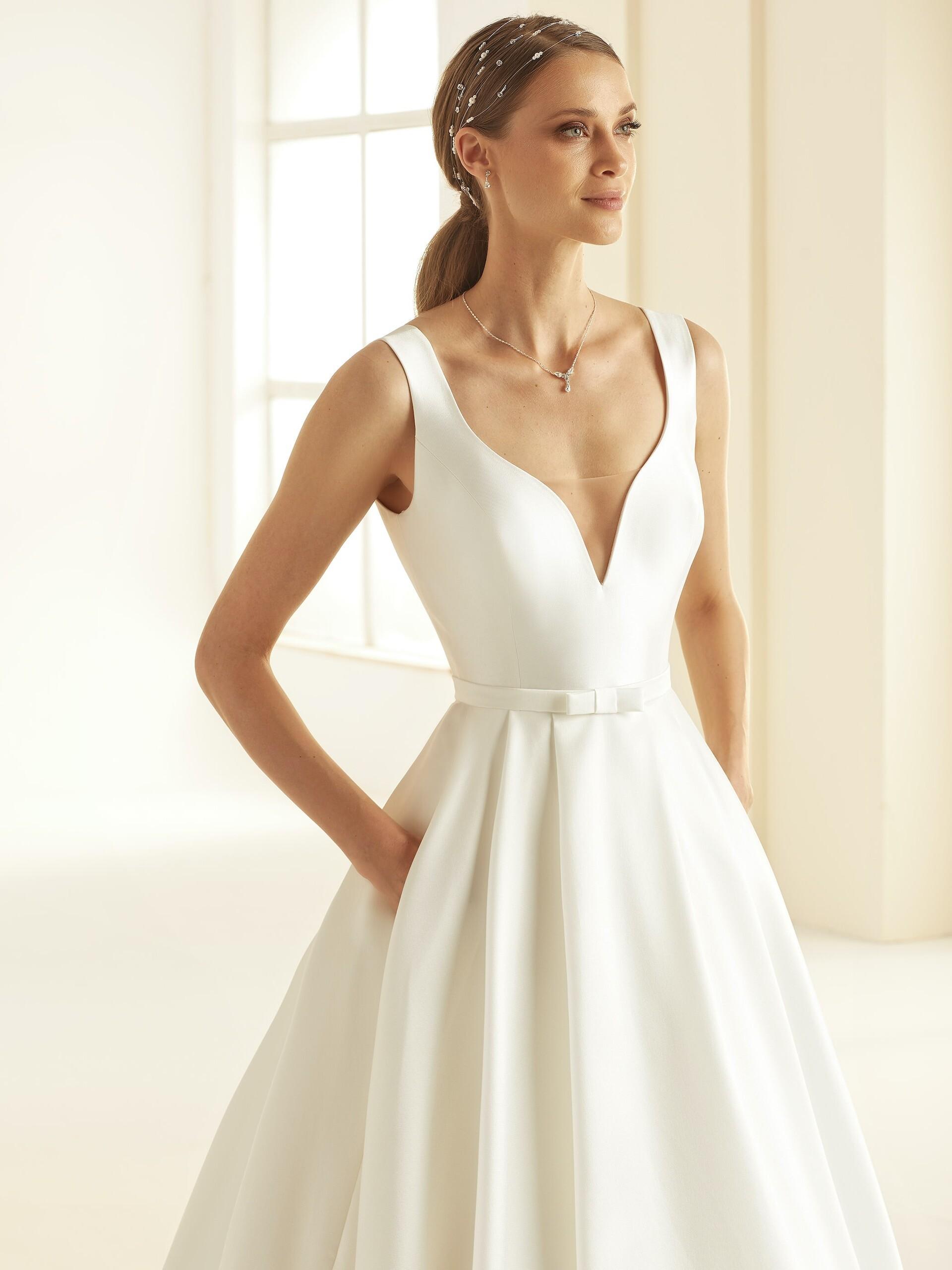 Brautkleid im Prinzessschnitt mit Plunge-Ausschnitt, Gürtel und Schleppe von Bianco Evento, Modell Jessica
