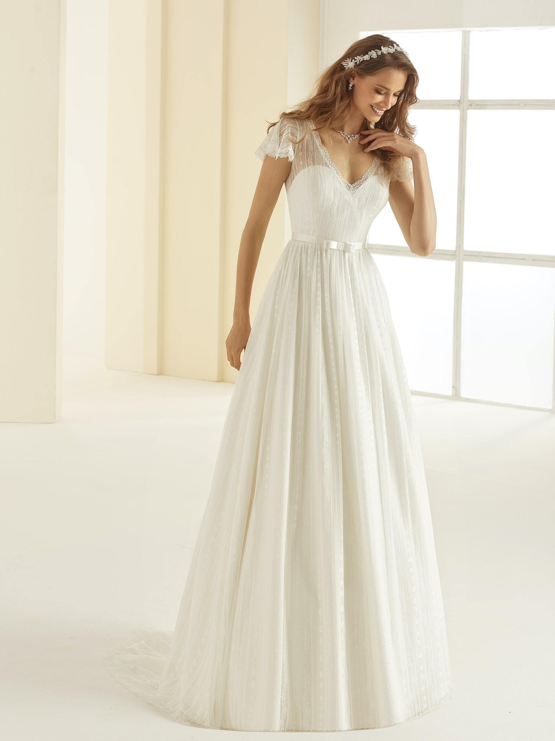 Spitzenbrautkleid im Prinzessstil mit V-Illusion-Ausschnitt von Bianco Evento, Modell Carolina