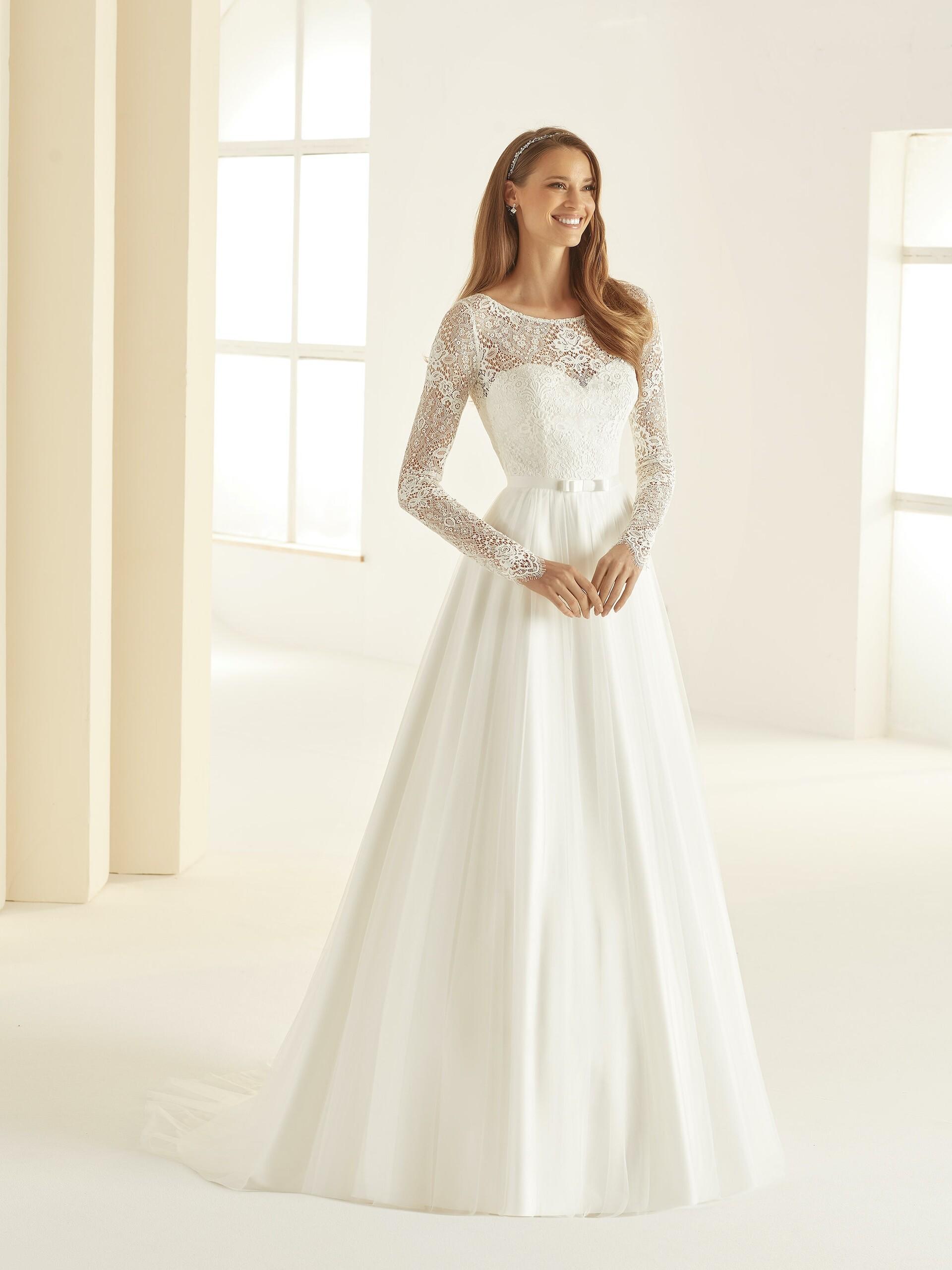 Brautkleid im Prinzessschnitt mit Spitzentop, Illusion-Ausschnitt und langen Ärmeln von Bianco Evento, Modell Daniela