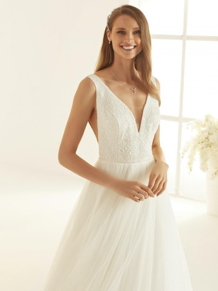 Brautkleid im Prinzessschnitt mit Tüllrock, Plunge-Ausschnitt und seitlichen Cut-outs von Bianco Evento, Modell Julia