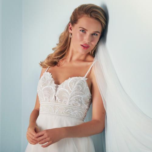 Nudefarbenes Hochzeitskleid im Prinzesstil mit Spitzenstickerei und Spaghettiträgern von Lilly, Modell 4155