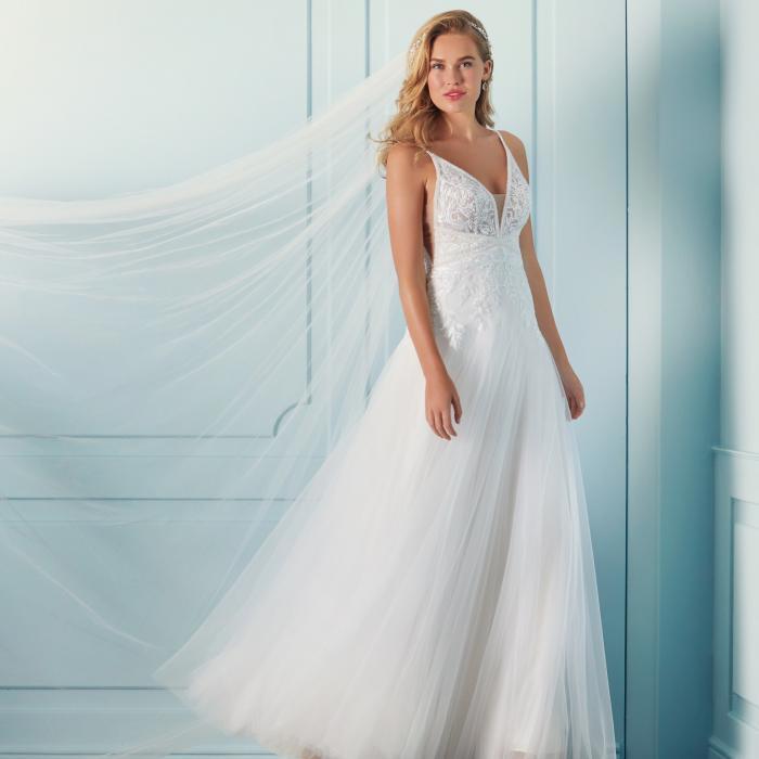 Brautkleid in A-Linie mit Tüllrock, Spitze, Transparenzen, seitlichen Cut-outs und V-Ausschnitt von Lilly