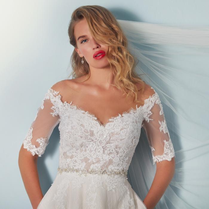 Prinzess-Brautkleid mit Carmen-Ausschnitt, Spitzen-Ärmeln und Strassgürtel von Lilly, Modell 4139