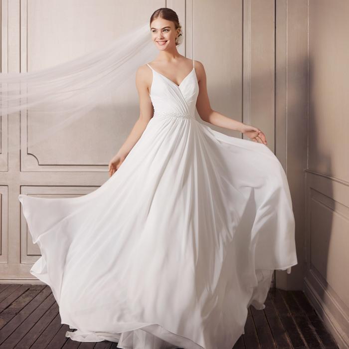 Brautkleid im Clean Chic mit Spaghettiträgern, geraffter Drapierung und Strassgürtel von Pure White by Lilly, Modell 08-4181