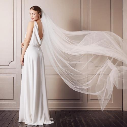 Cleanes, fließendes Hochzeitskleid mit tiefem Rückenausschnitt von Pure White by Lilly, Modell 08-4186