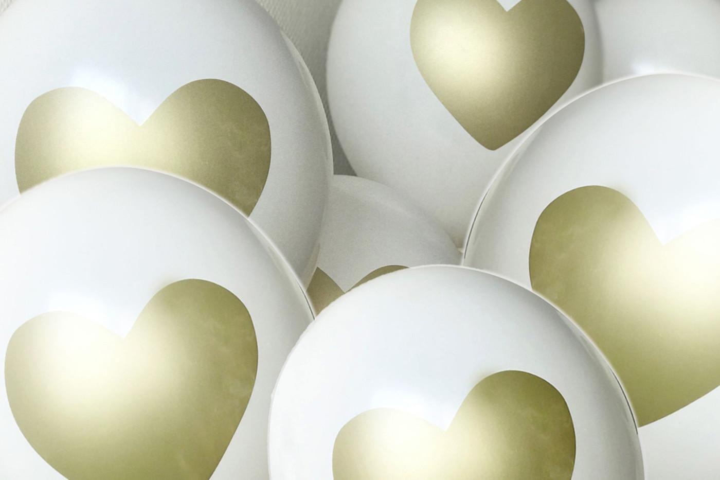 Weiße Ballons mit goldenem Herzaufdruck