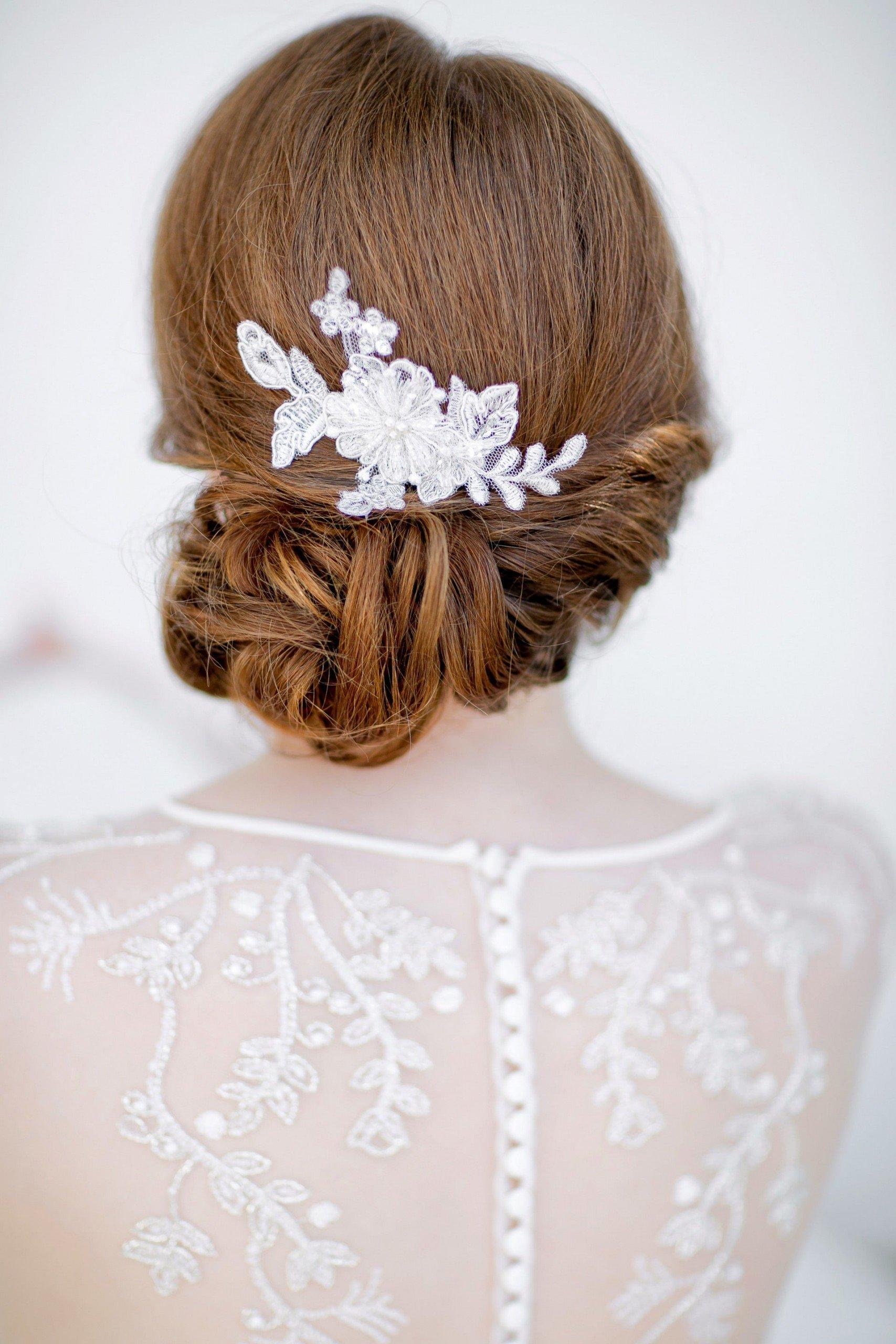 Brautfrisur mit Haarschmuck von Schönmich