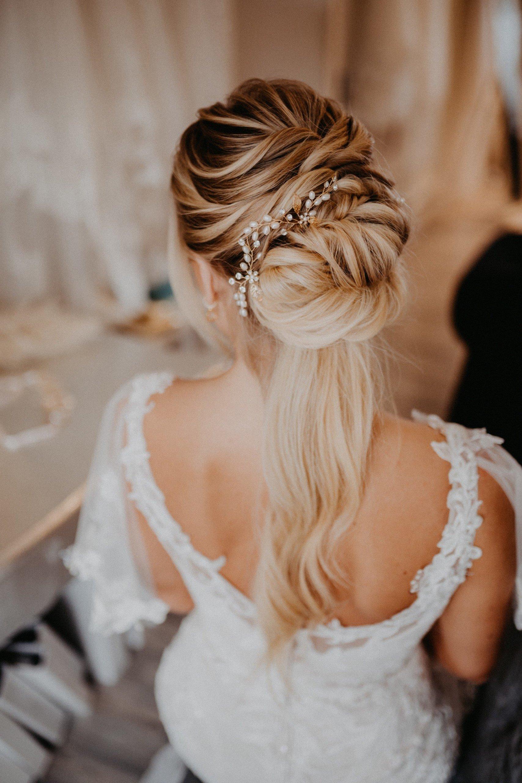 halboffene Hochzeitsfrisur mit Haarschmuck
