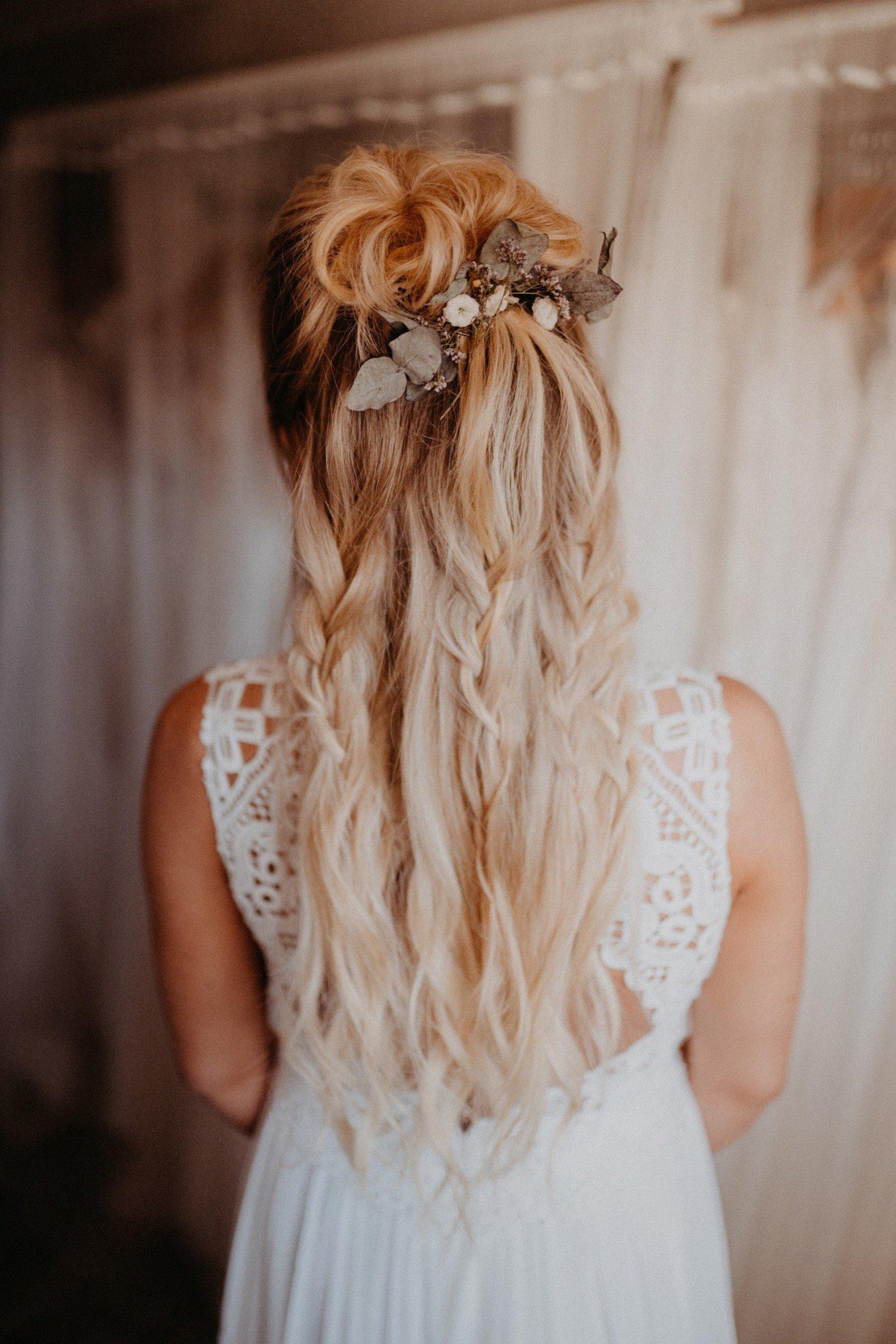 halboffene Boho-Frisur mit Haarschmuck