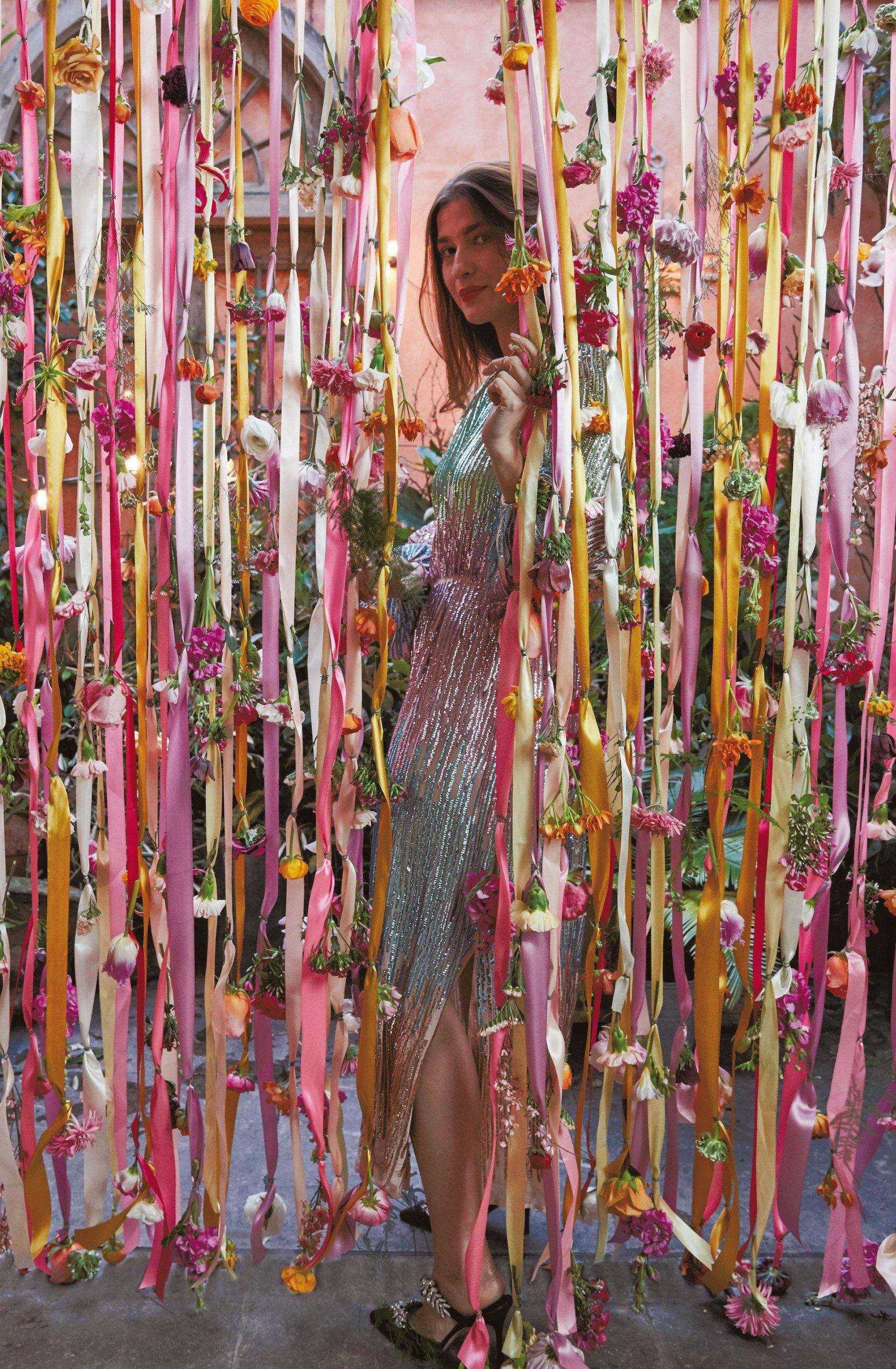 Blütenvorhang als Fotobox-Hintergrund für Hochzeitsfeier