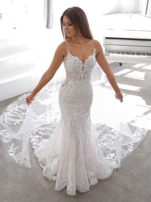 Rückenfreies Brautkleid im Godet-Schnitt mit Allover-Spitze und abnehmbarem Cape von Blue by Enzoani, Modell Neda