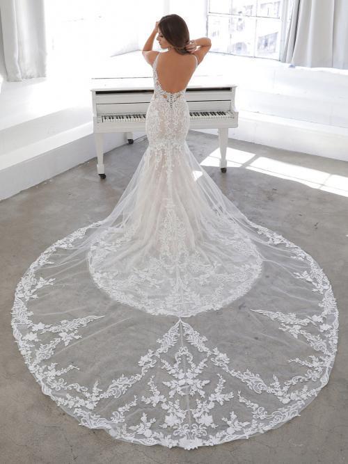 Rückenfreies Fit-and-Flare-Brautkleid in Blush mit 3D-Spitze von Blue by Enzoani, Modell Nasima