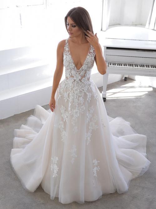 Brautkleid im Prinzess-Schnitt mit Kontrastspitze und Plunge-Ausschnitt von Blue by Enzoani, Modell Nala